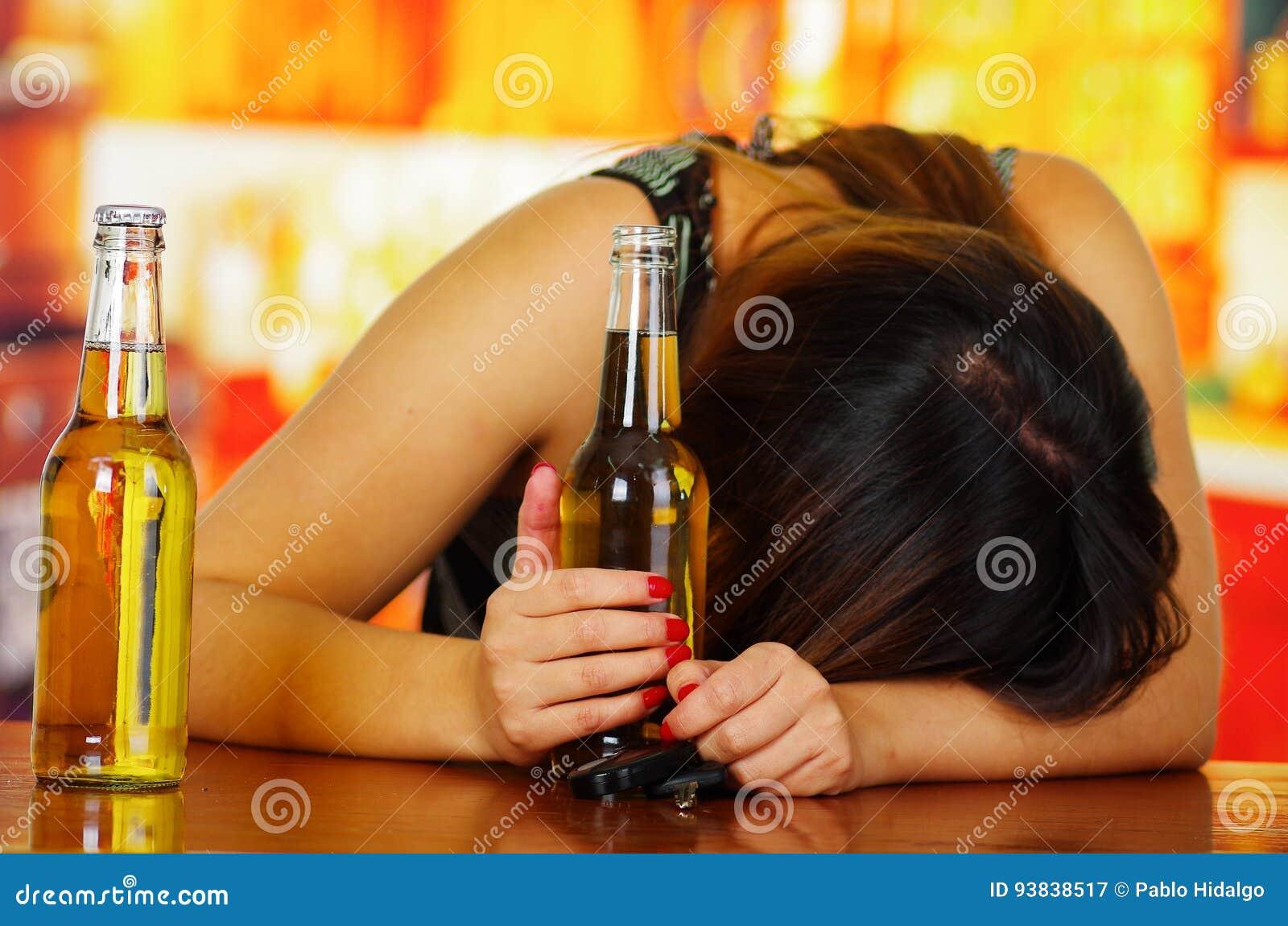 Видео девушка влагалище пиво — pic 5