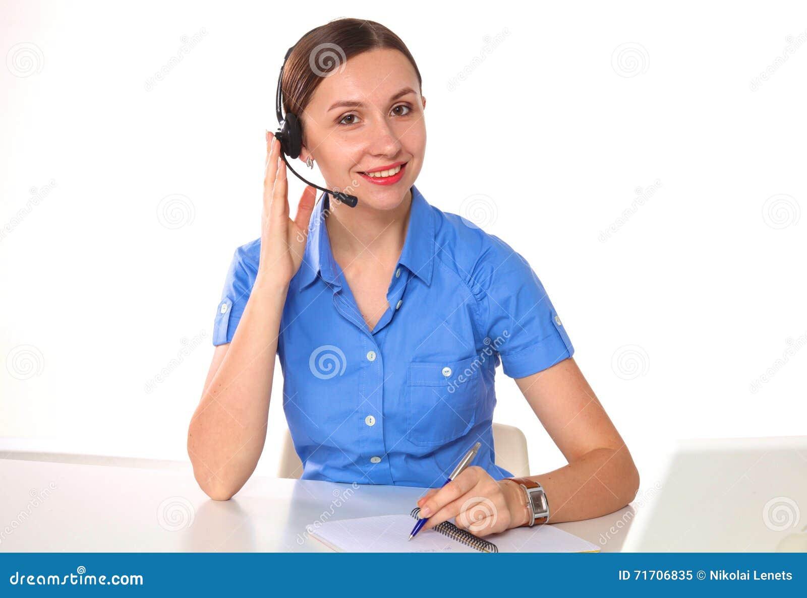 Портрет работника обслуживания клиента женщины, оператора центра телефонного обслуживания усмехаясь при шлемофон телефона изолиро