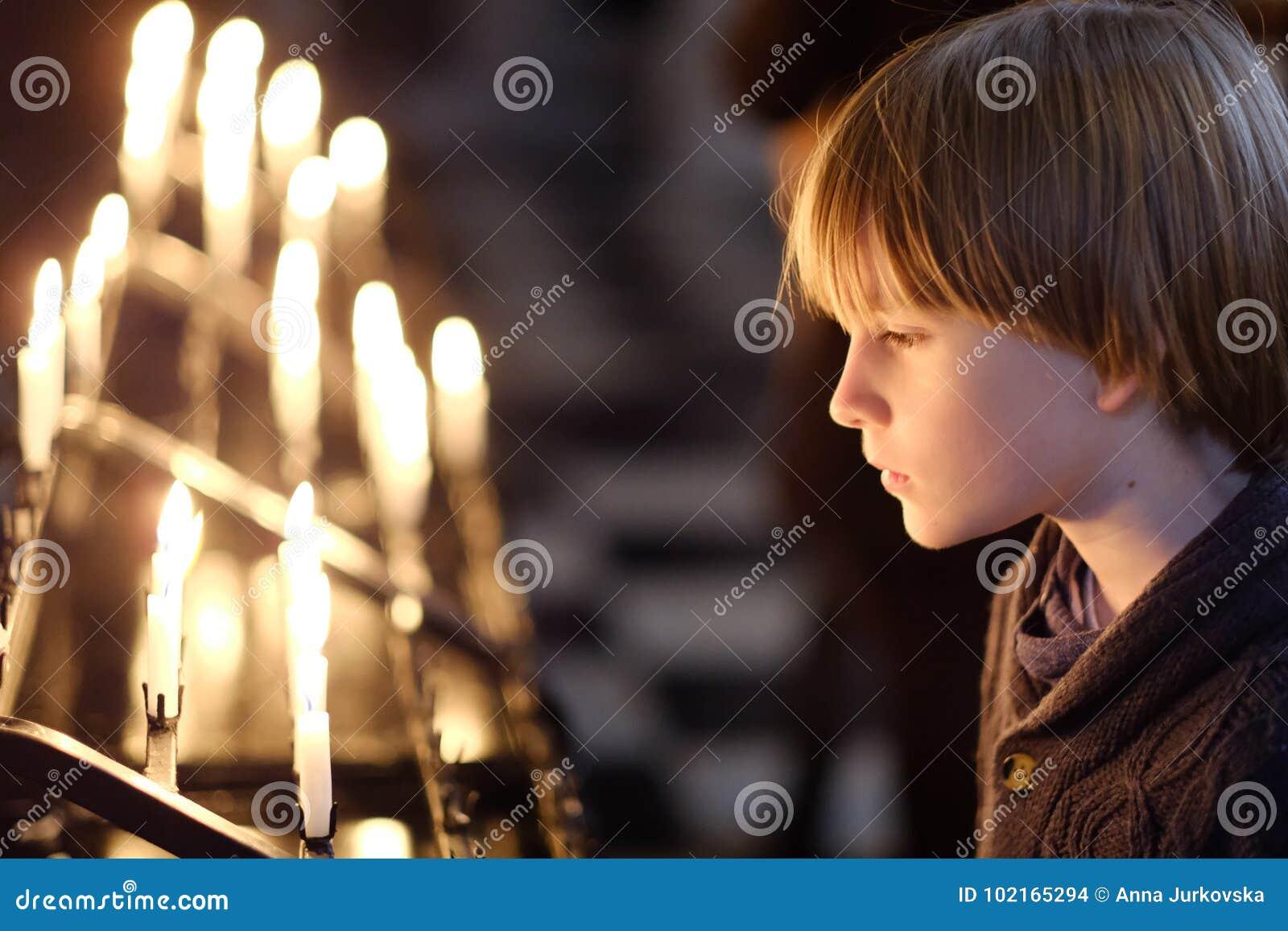 Портрет ребенка готовя свечи горения