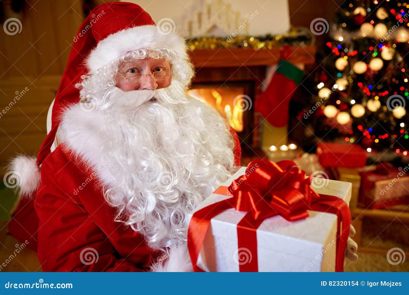 Портрет Санта Клаус с подарком для вас