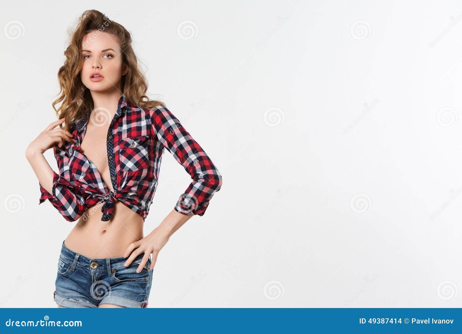 Сексуальная девушка в рубашке
