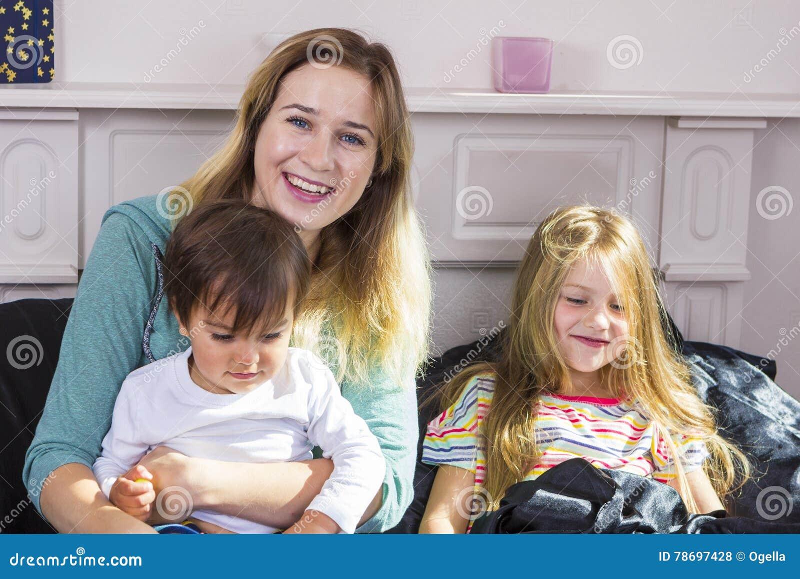 Портрет семьи в кровати дома