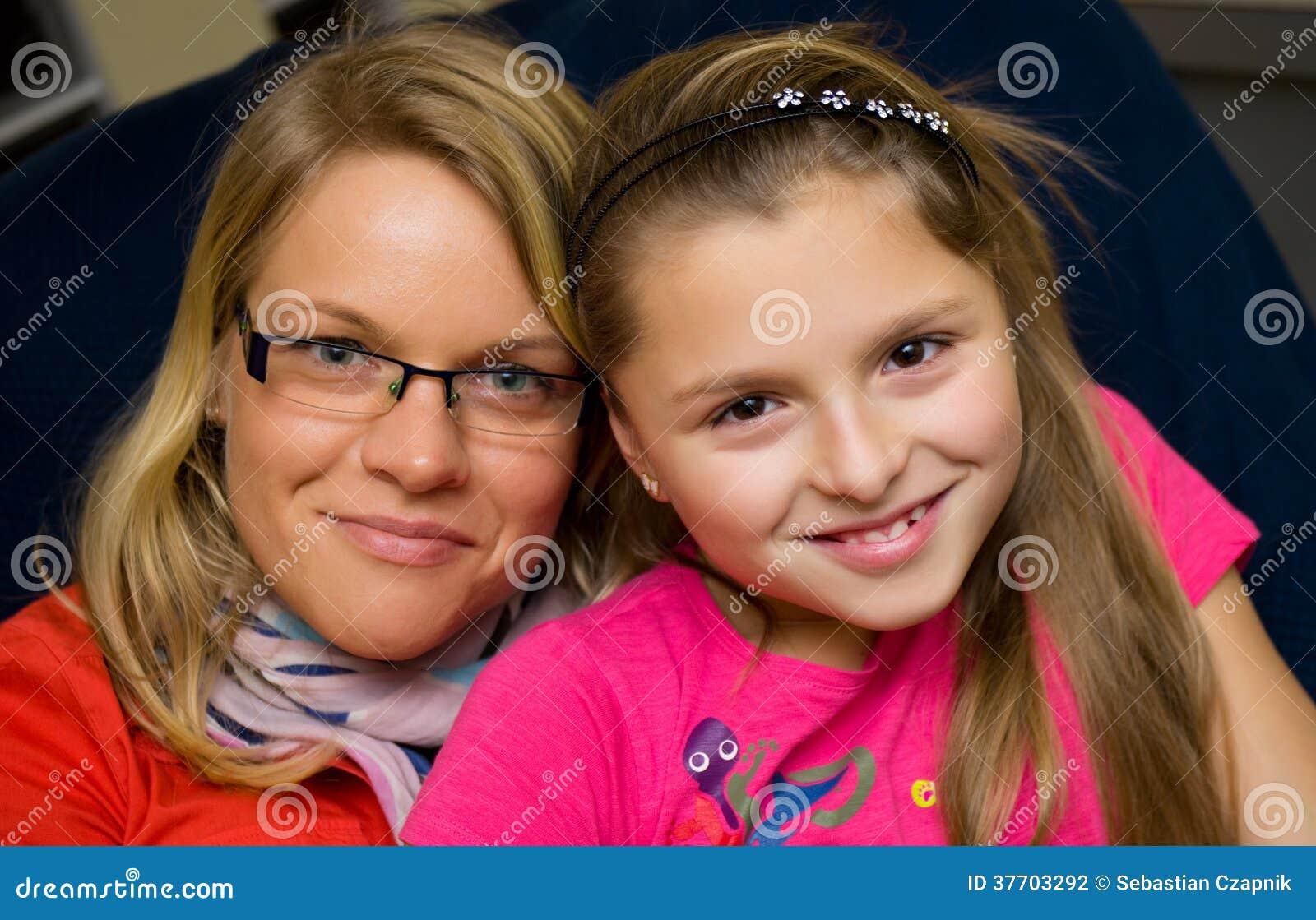 Портрет семьи матери и дочери