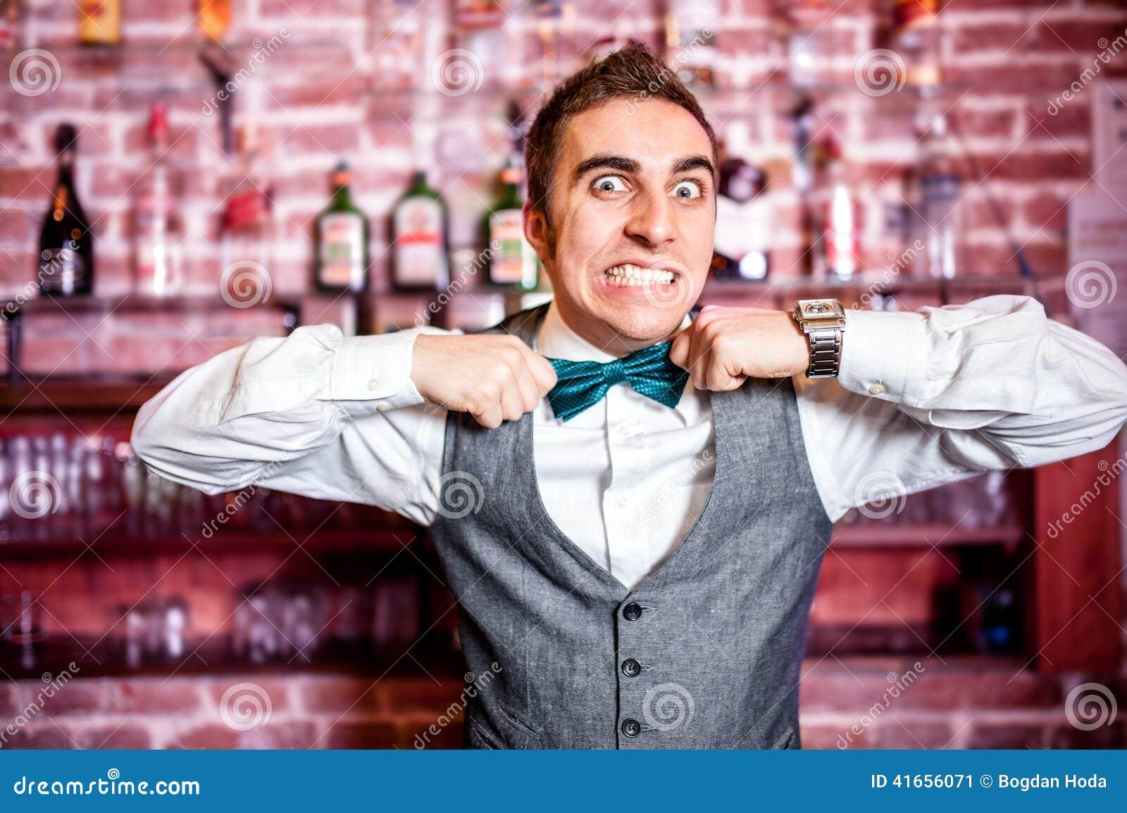 Портрет сердитых и усиленных бармена или бармена с bowtie