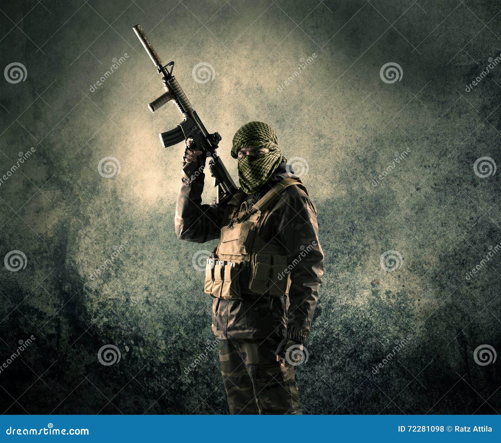 Download Портрет сильно вооруженного замаскированного солдата с Grungy Backgroun Стоковое Фото - изображение насчитывающей конфликт, человек: 72281098