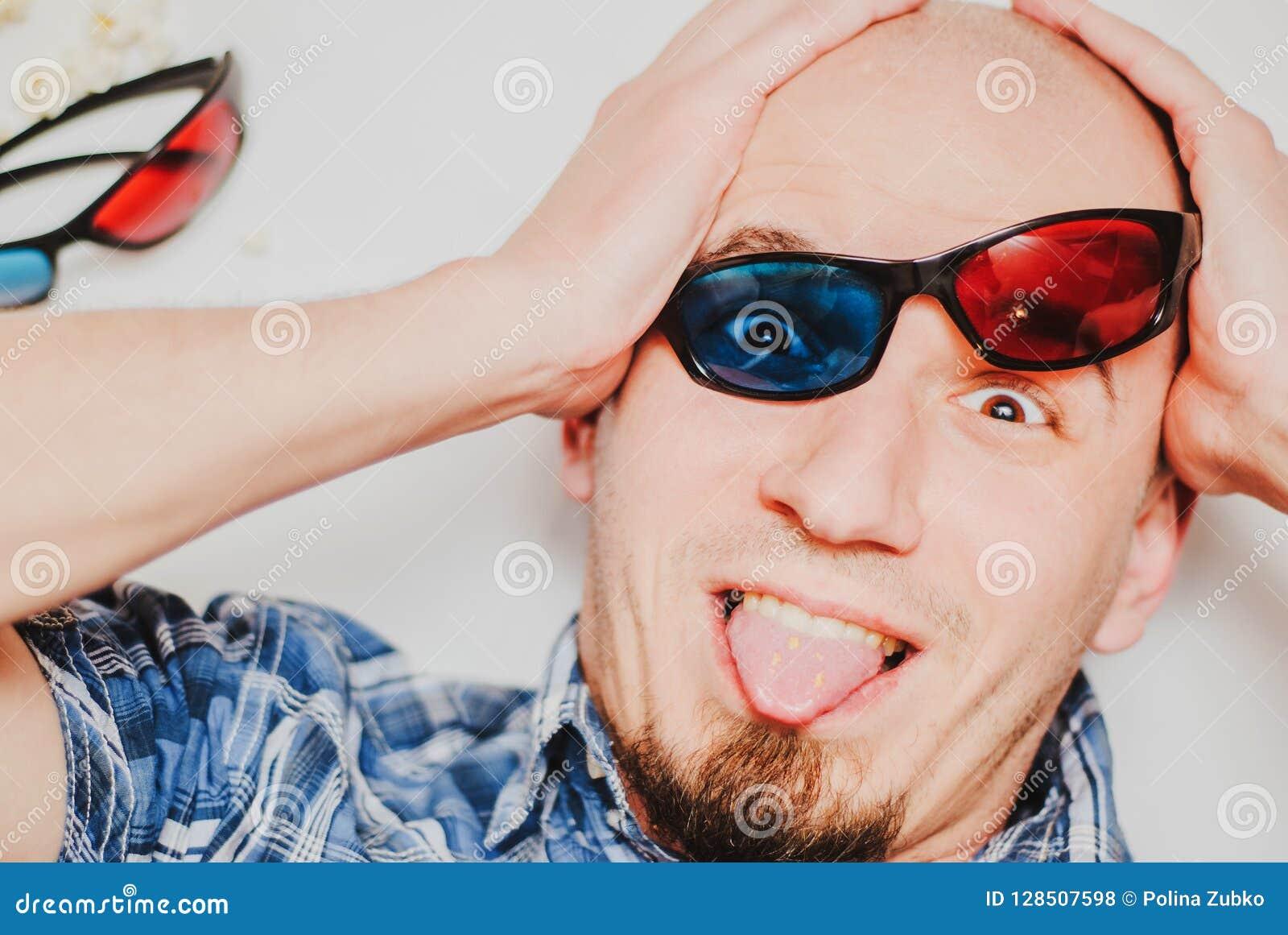 Портрет смешного молодого человека нося стекла 3d на белой предпосылке