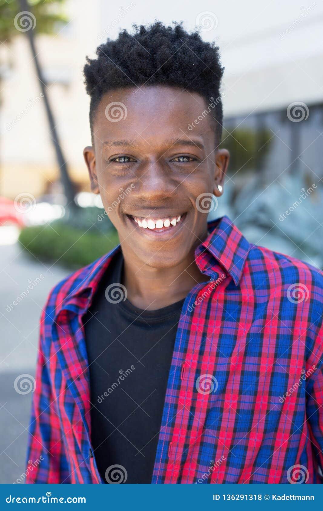Портрет смеяться над Афро-американским человеком