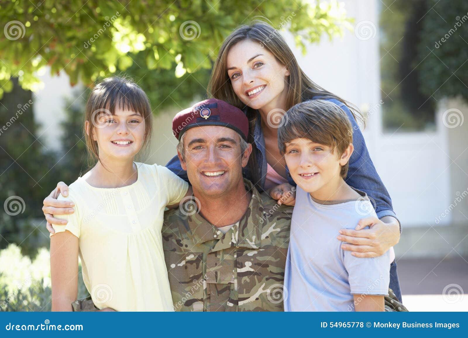 Портрет солдата возвращающ домой с семьей