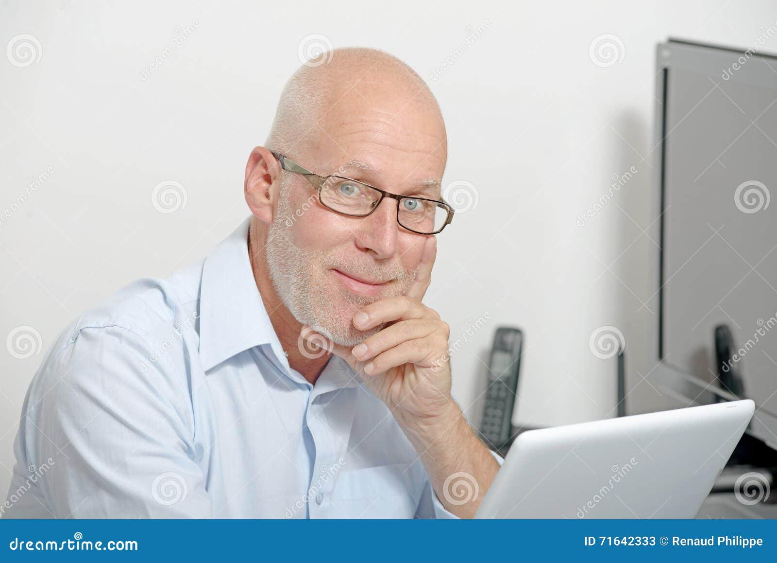 Портрет средн-постаретого человека с цифровой таблеткой