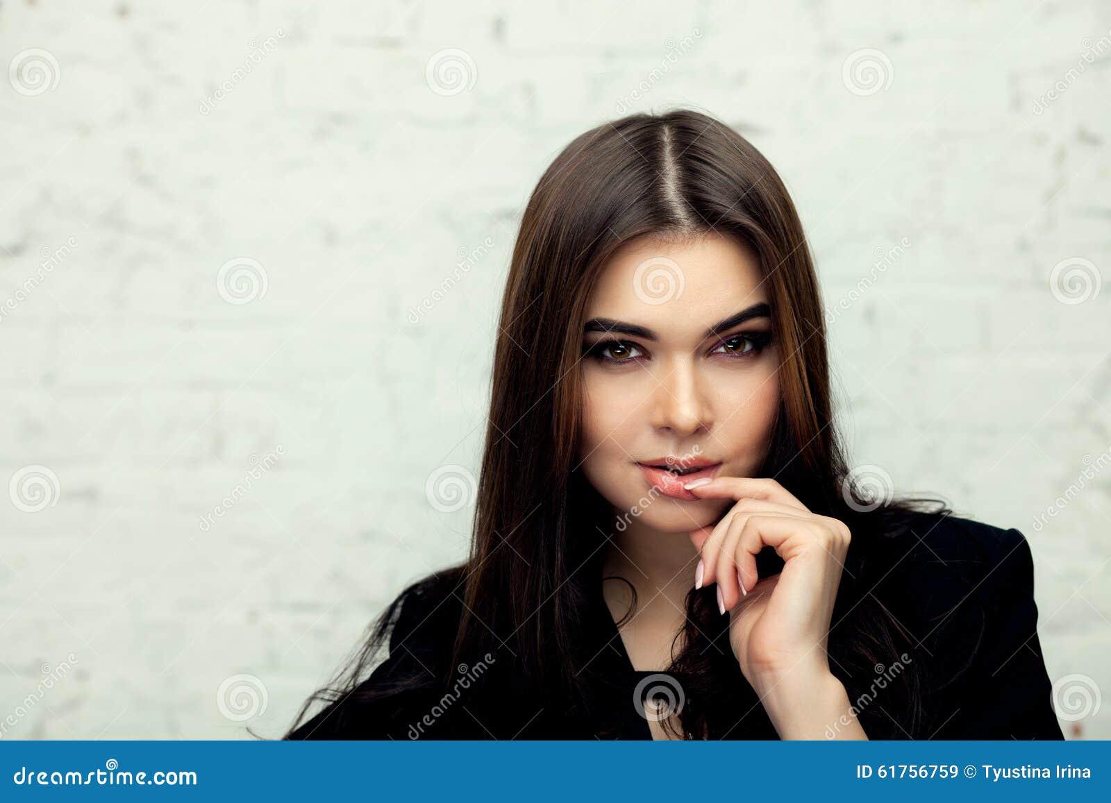 Портрет стиля моды красивой женщины брюнет