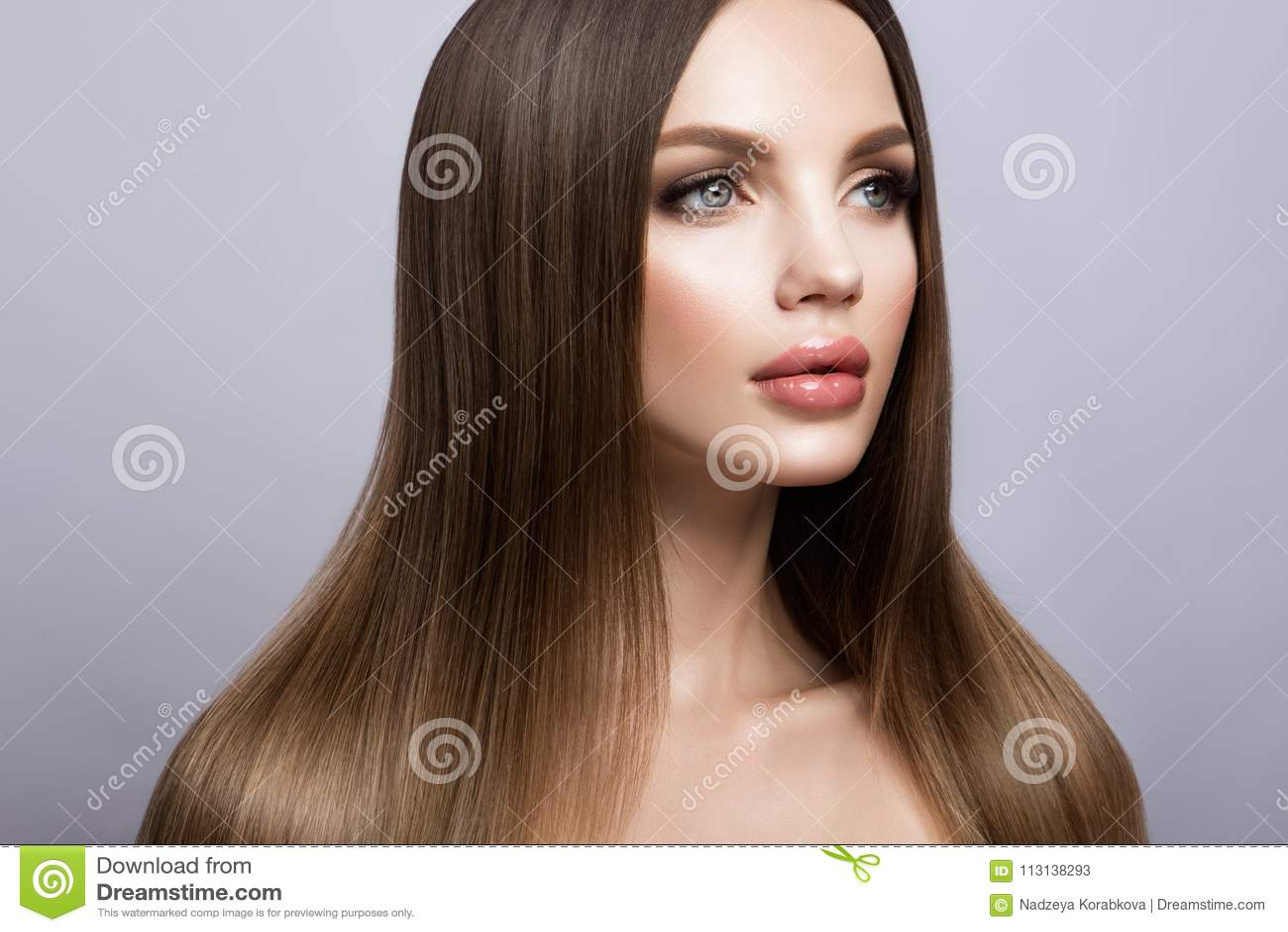 Портрет стороны женщины красоты Красивая модельная девушка с совершенной свежей чистой кожей