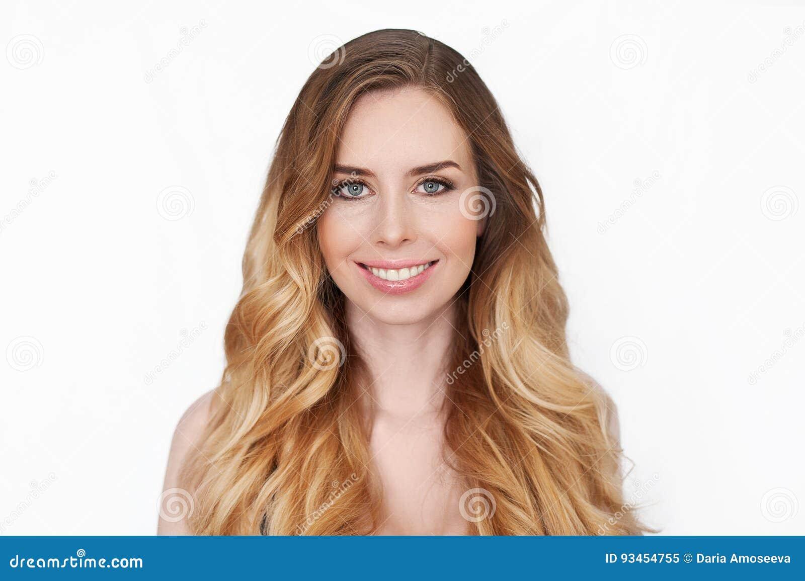Портрет стороны женщин девушки красоты Кожа красивой девушки модели курорта совершенная свежая чистая Усмехаться белокурой женщин