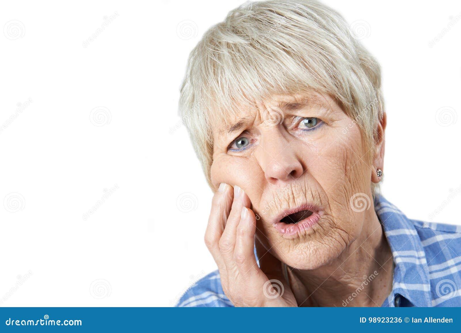 Портрет студии старшей женщины страдая с Toothache