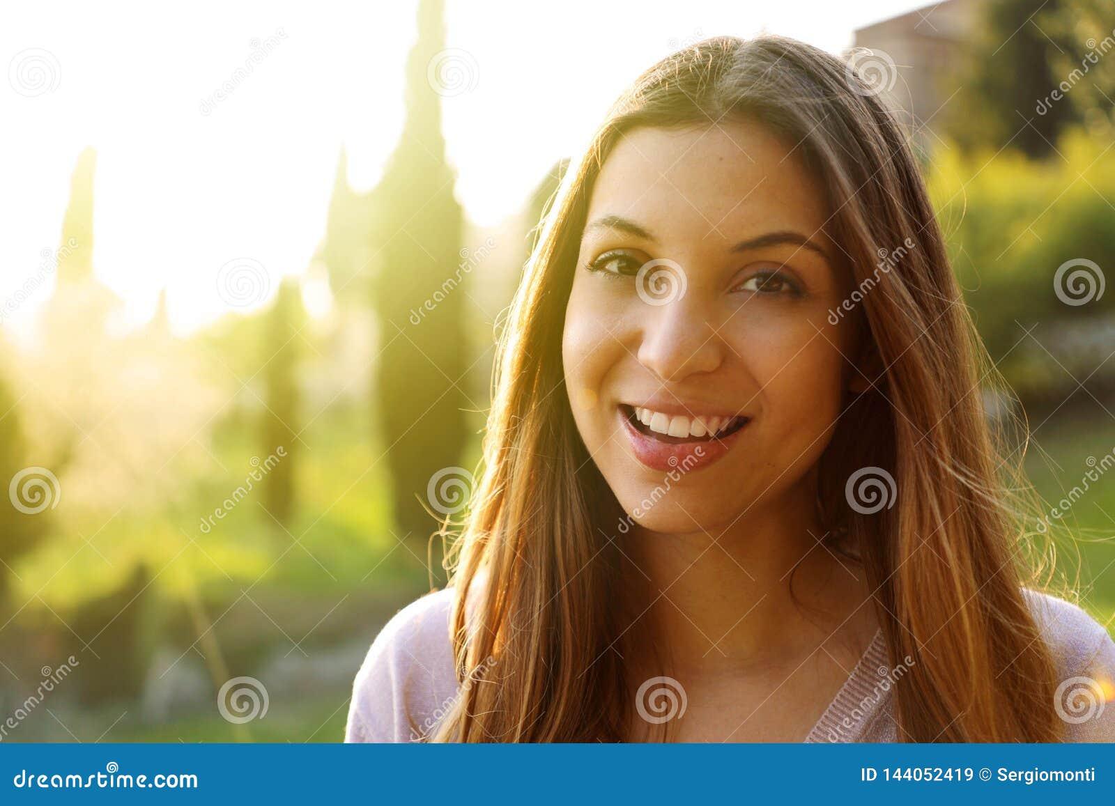 Портрет счастливого усмехаясь положения женщины на солнечное лето или весенний день снаружи Милая усмехаясь женщина смотря к филь