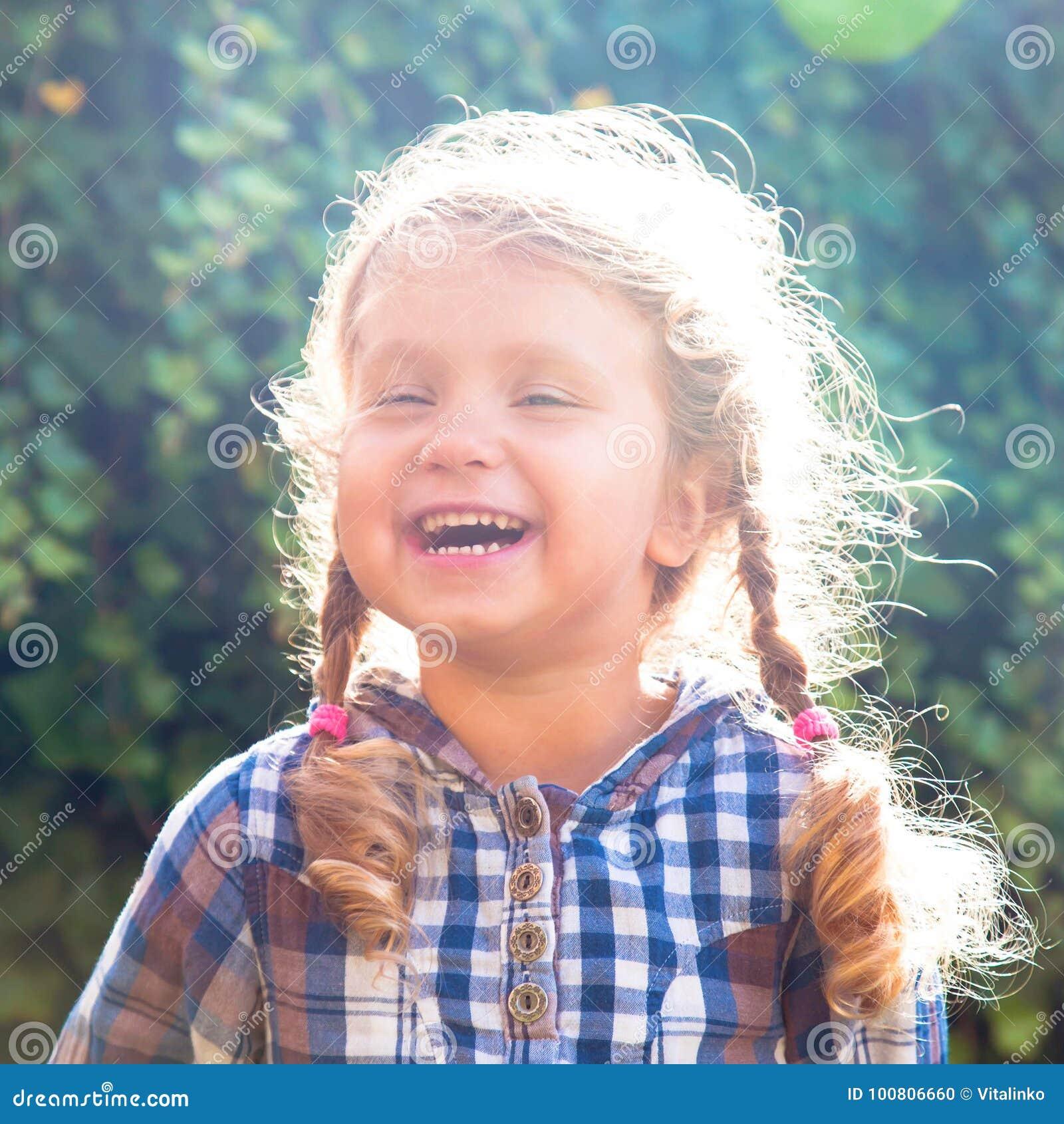 Портрет счастливой маленькой смеясь над девушки с отрезками провода