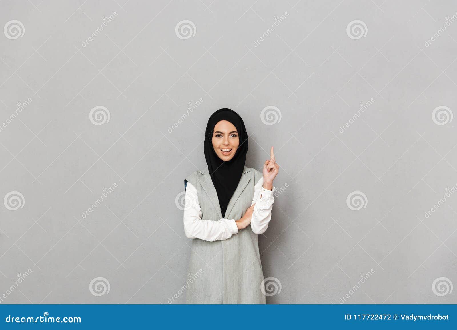 Портрет счастливой молодой аравийской женщины