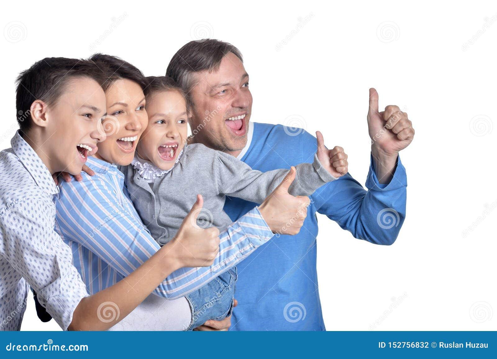 Портрет счастливой усмехаясь семьи показывая большие пальцы руки вверх