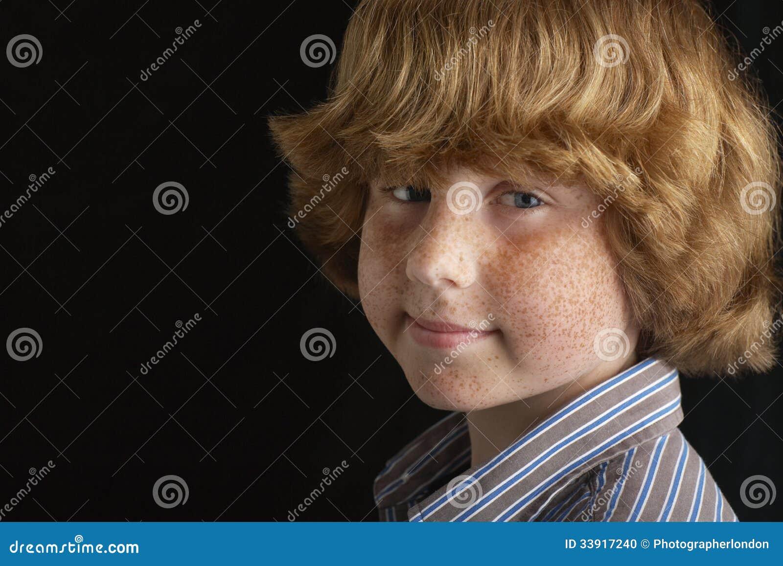 Портрет счастливого молодого мальчика