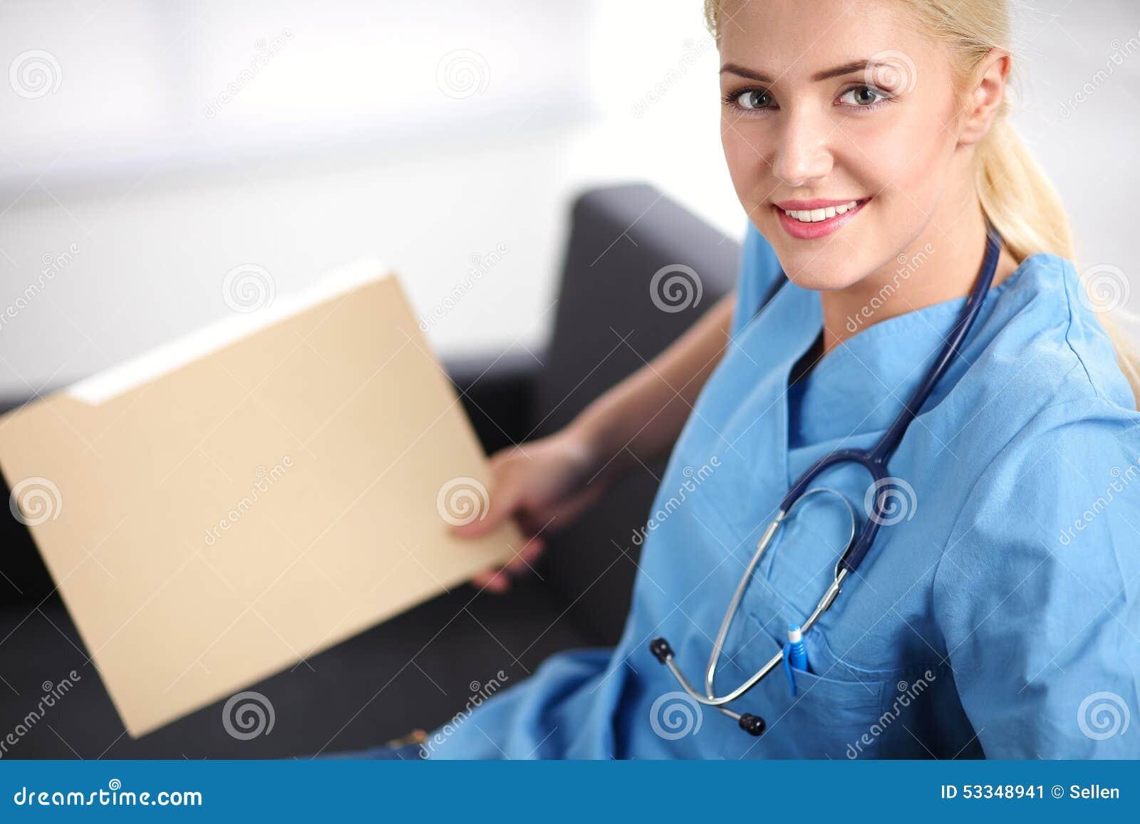 Портрет счастливого молодого доктора сидя на