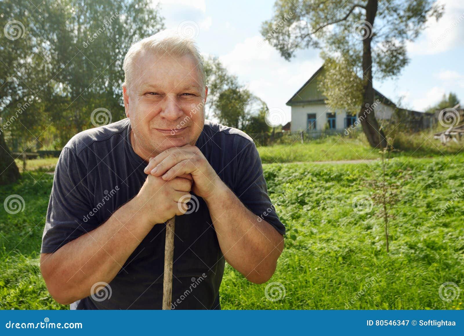 Портрет счастливого сельского пожилого человека с серыми волосами