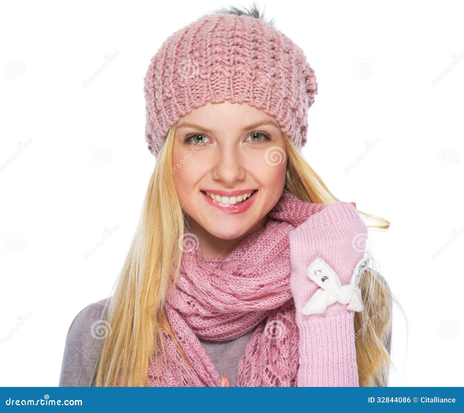 Портрет счастливой девушки подростка в зиме одевает