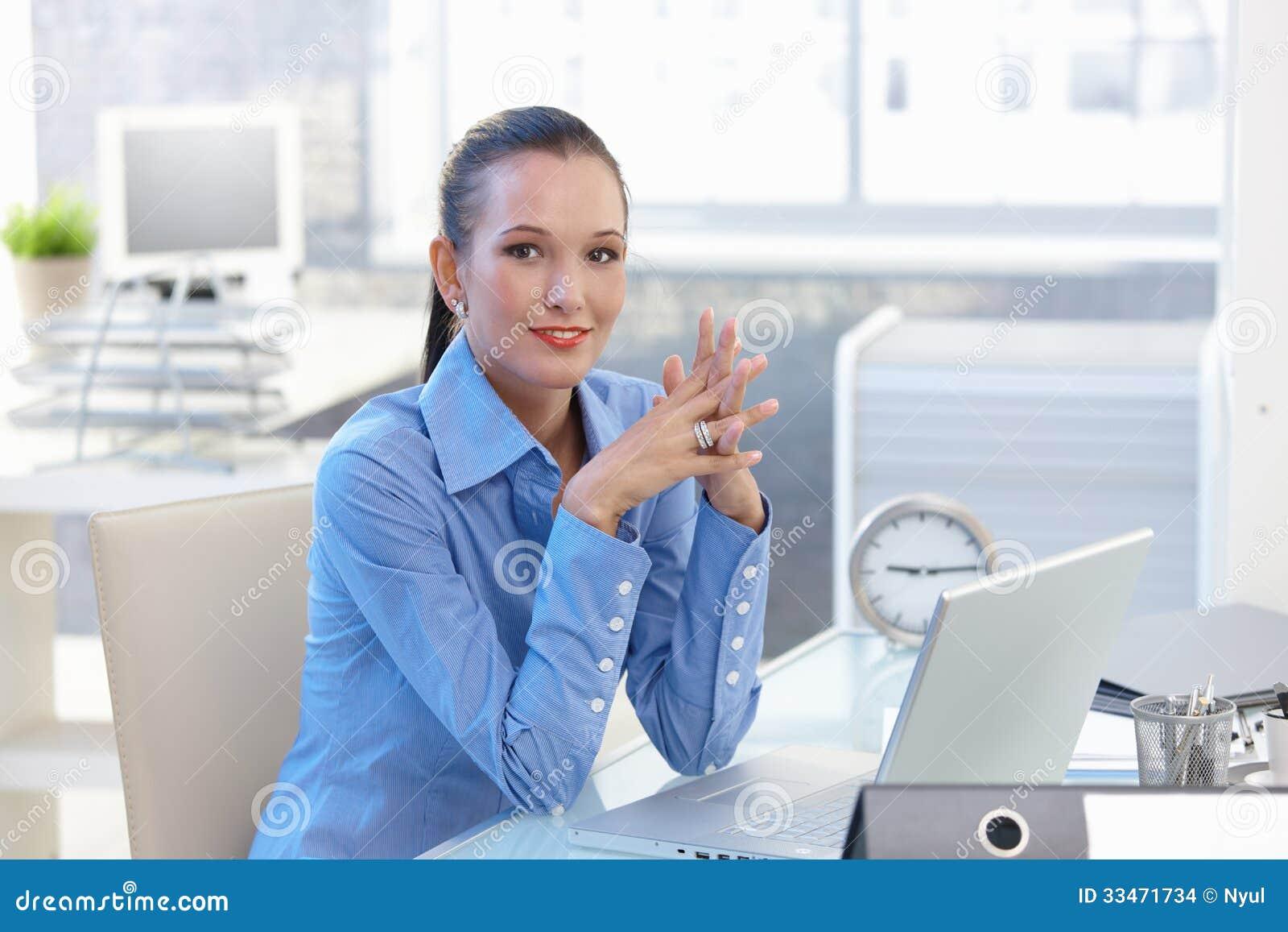 Портрет счастливой девушки работника офиса