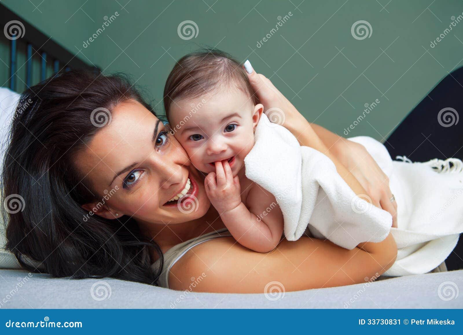 Портрет счастливой женщины с ее младенцем