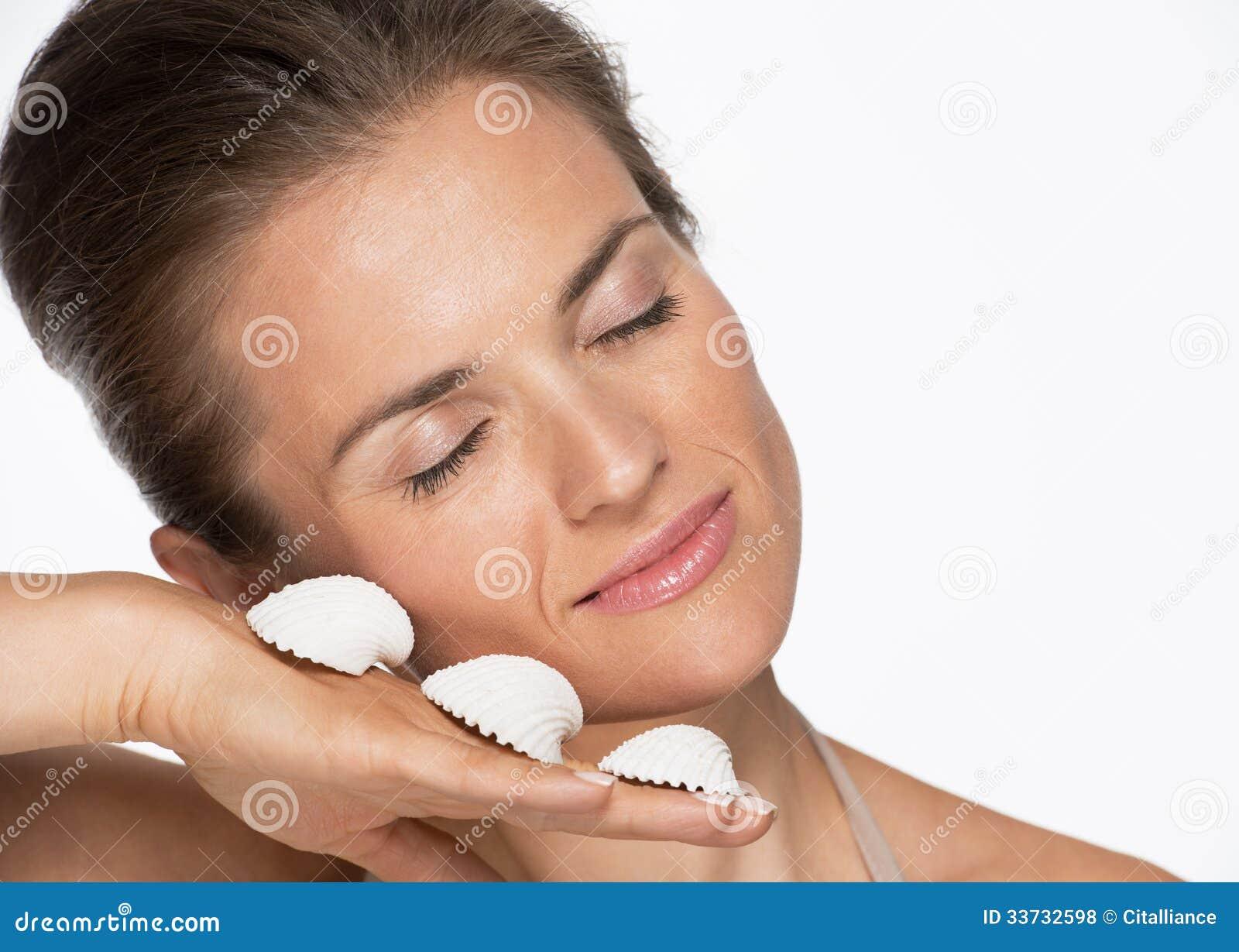 Портрет счастливой женщины с seashells