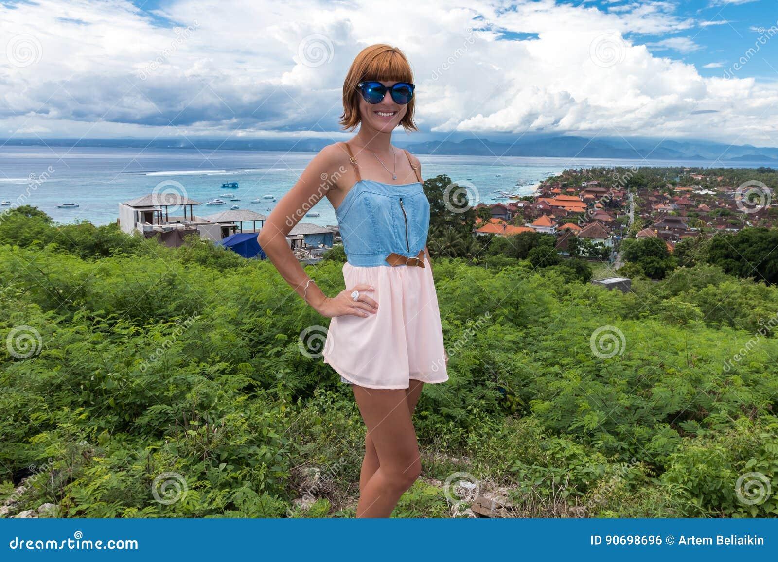 Портрет счастливой молодой женщины, тропического вида на океан Перемещение и каникула съемка туманнейшего острова падения напольн