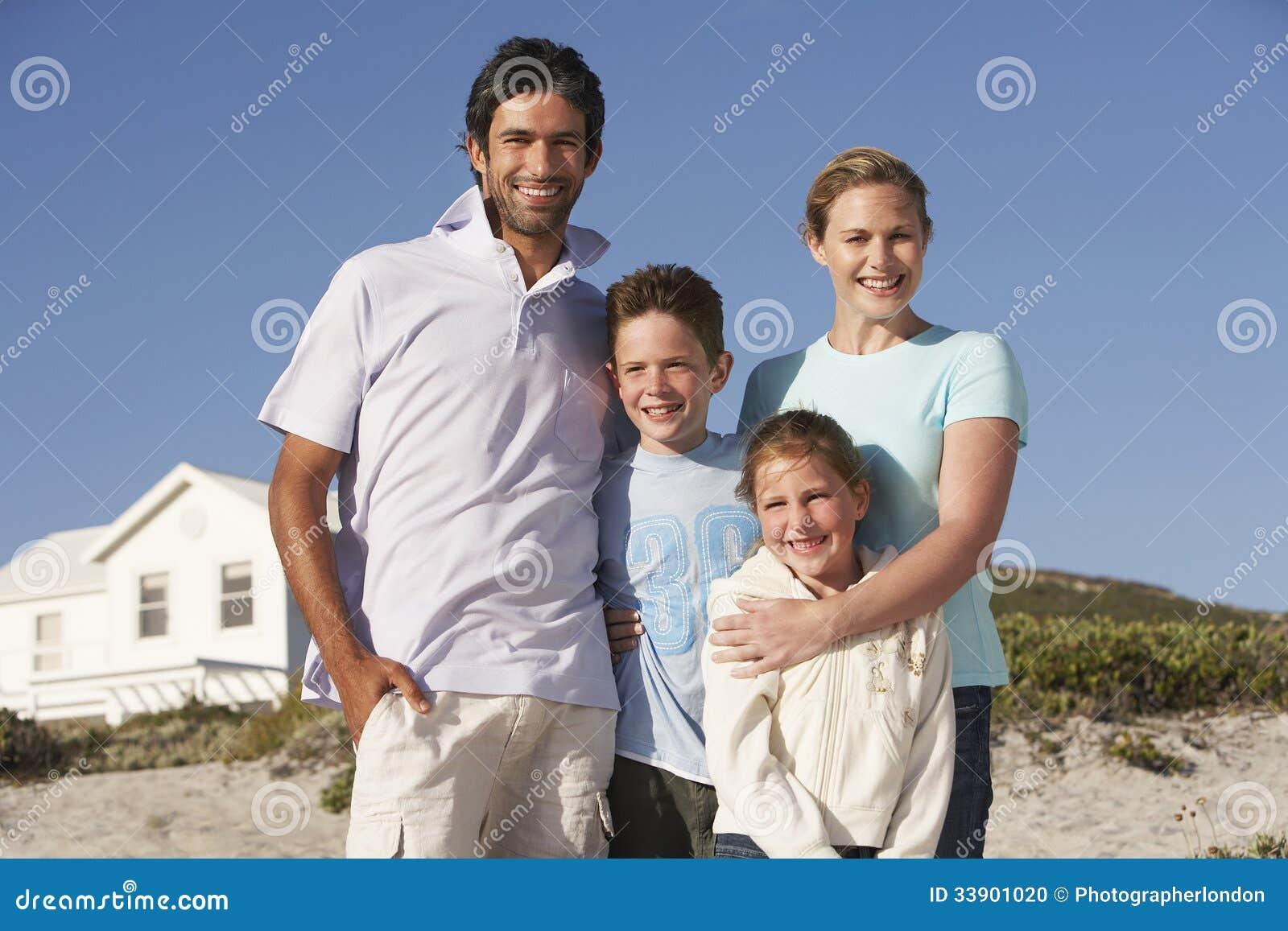 Портрет счастливой семьи на пляже