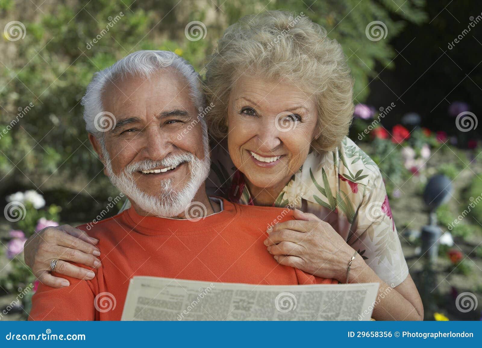 Портрет счастливой старшей газеты чтения пар