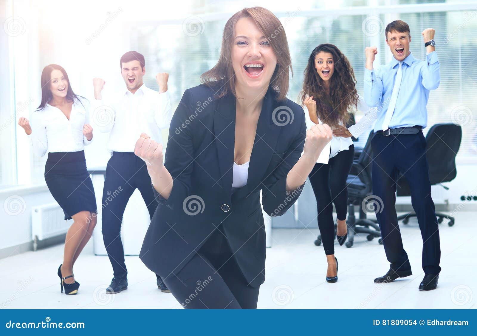 Портрет счастливой успешной бизнес-группы на офисе