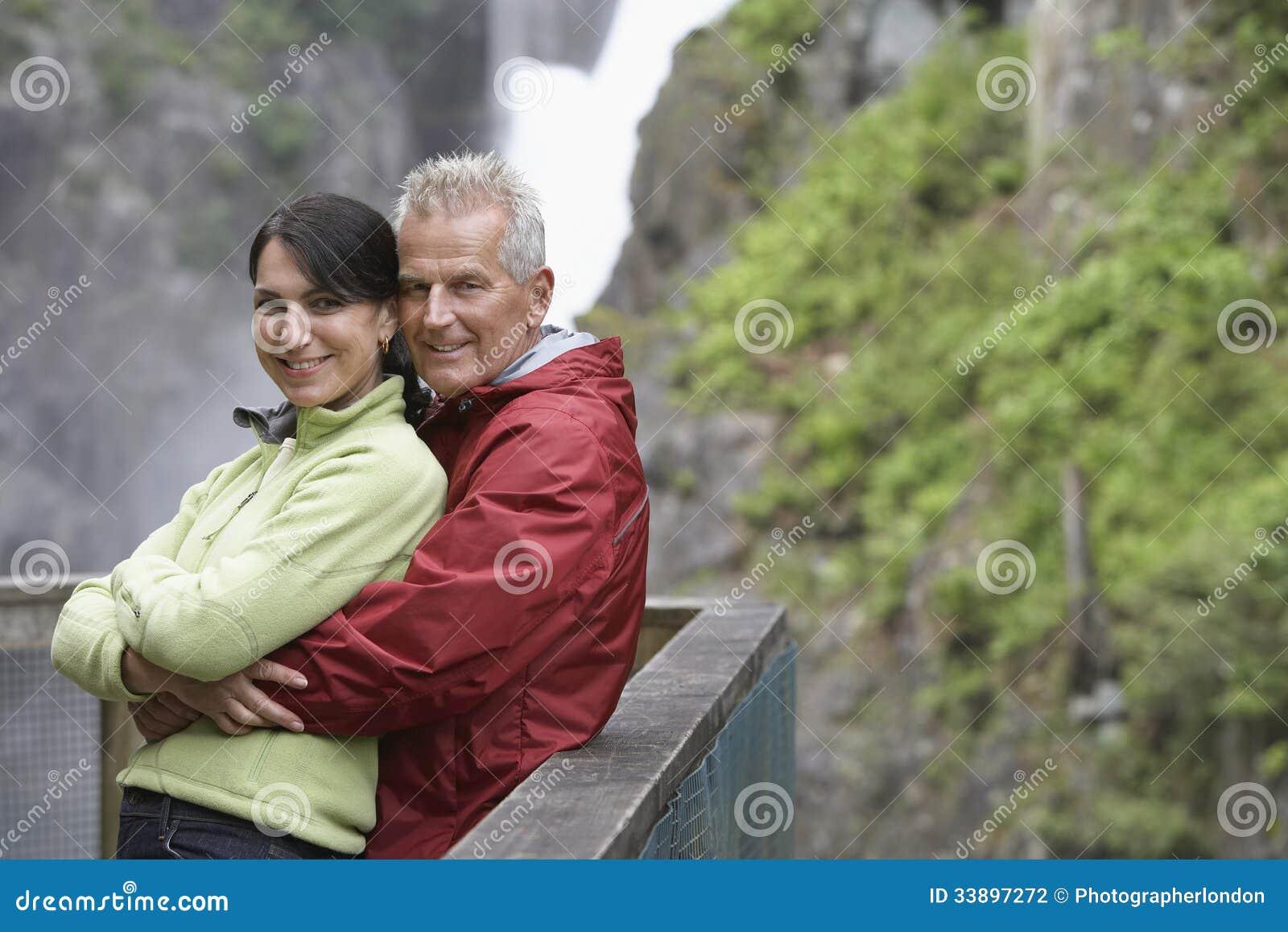 Портрет счастливых пар против водопада