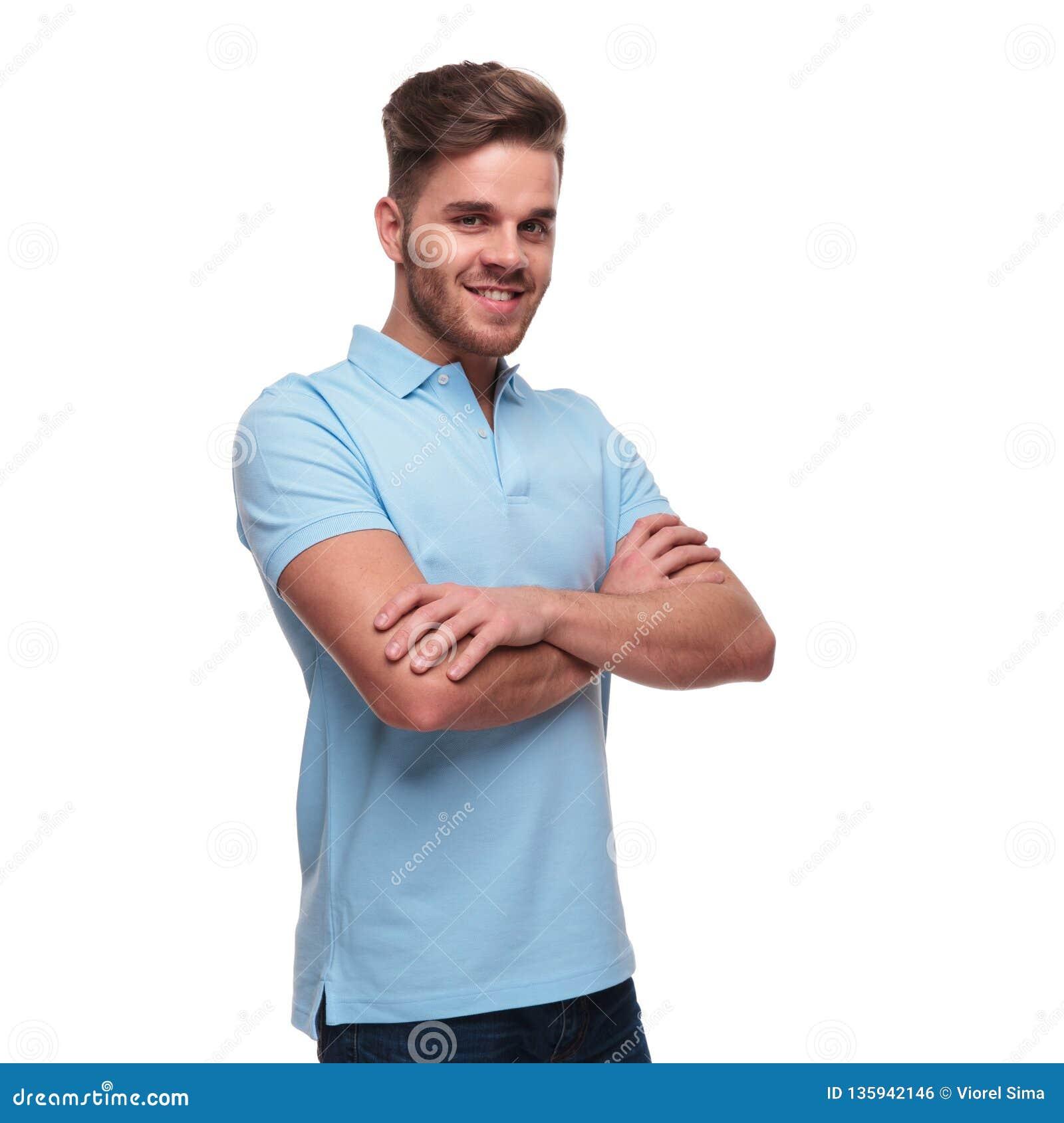 Портрет уверенного молодого человека нося рубашку поло