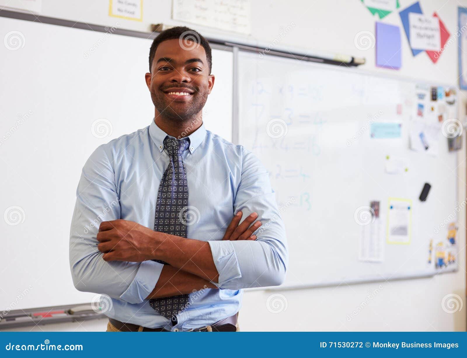 Портрет уверенно Афро-американского мужского учителя в классе