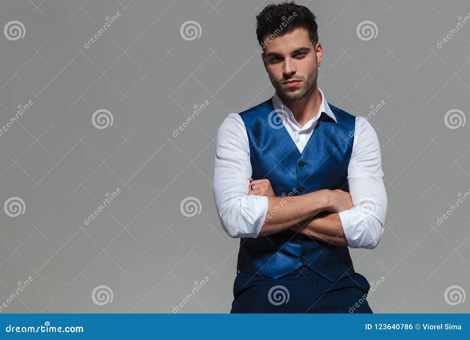 Портрет уверенно и элегантного человека нося голубое waistcoast