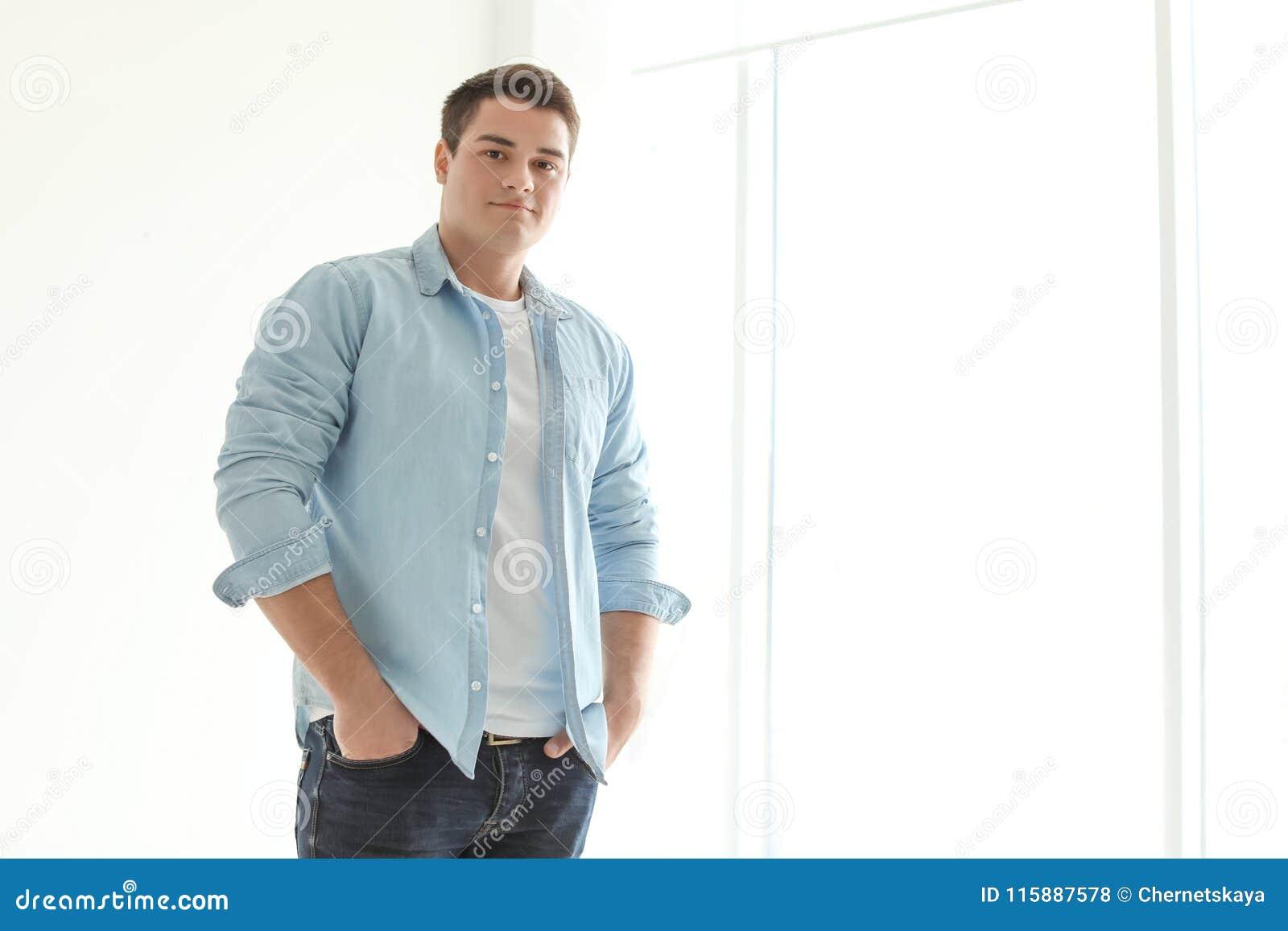 Портрет уверенно молодого человека около окна