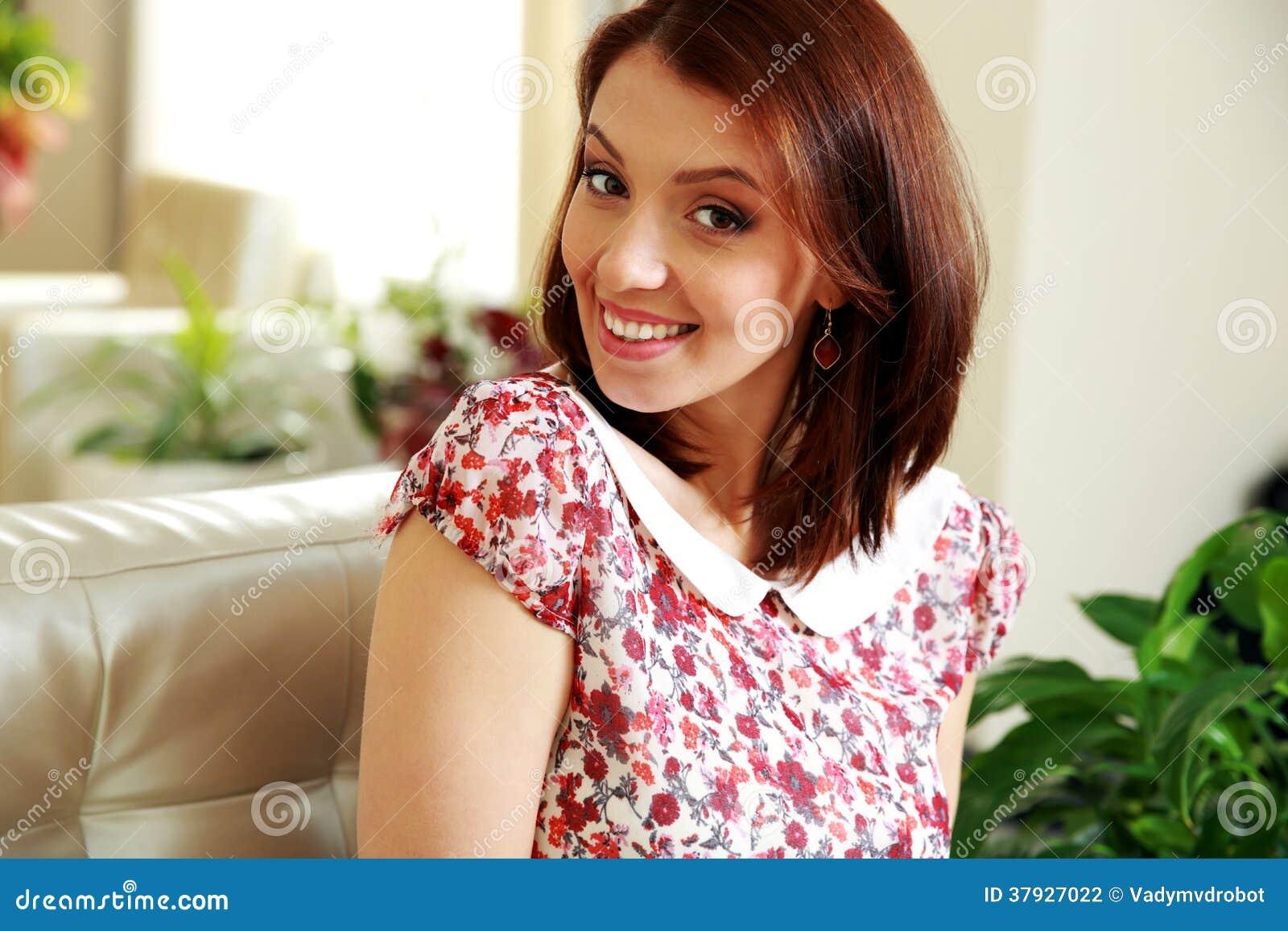 Портрет усмехаясь женщины