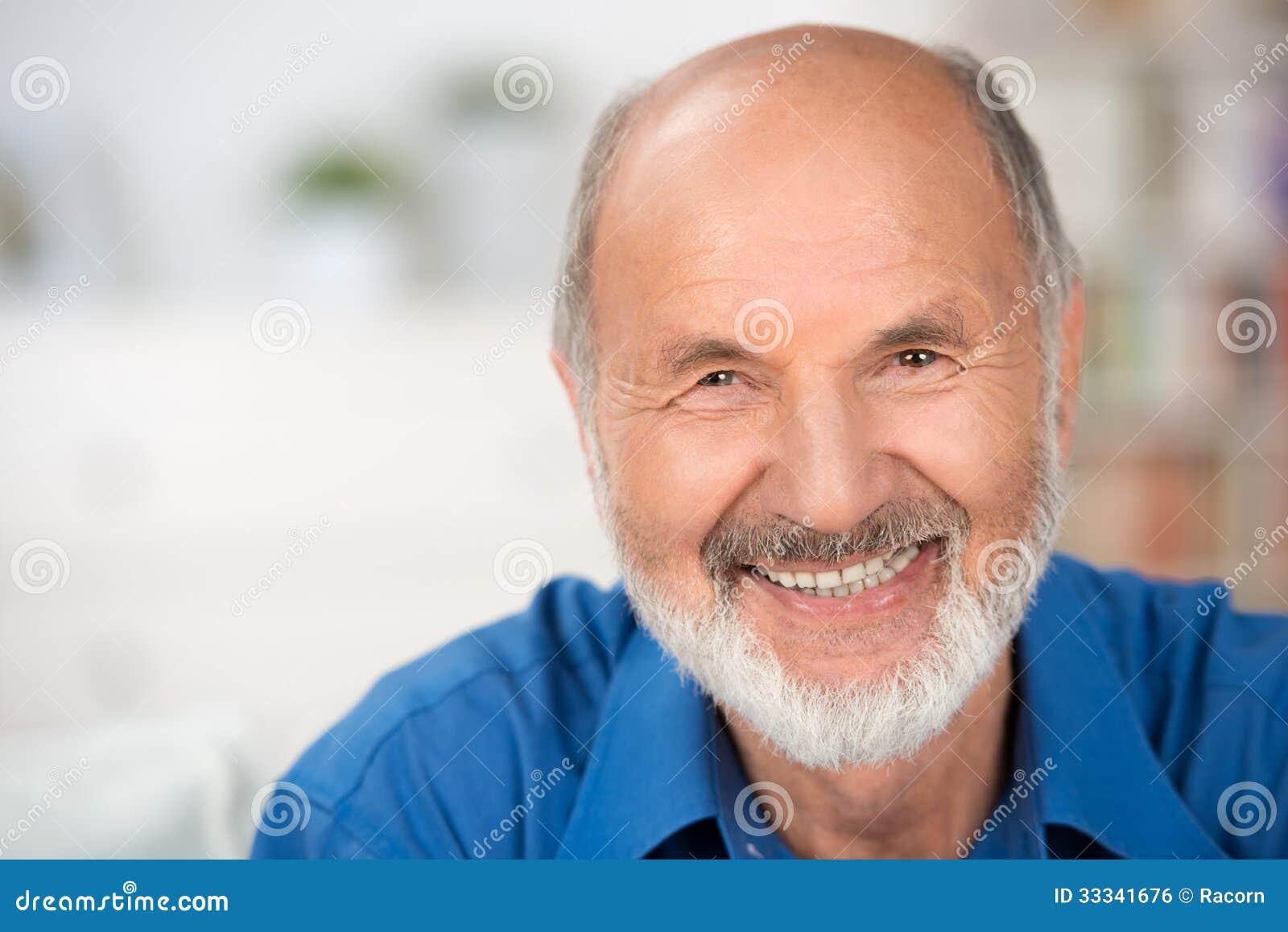 Портрет усмехаясь привлекательного старшего человека