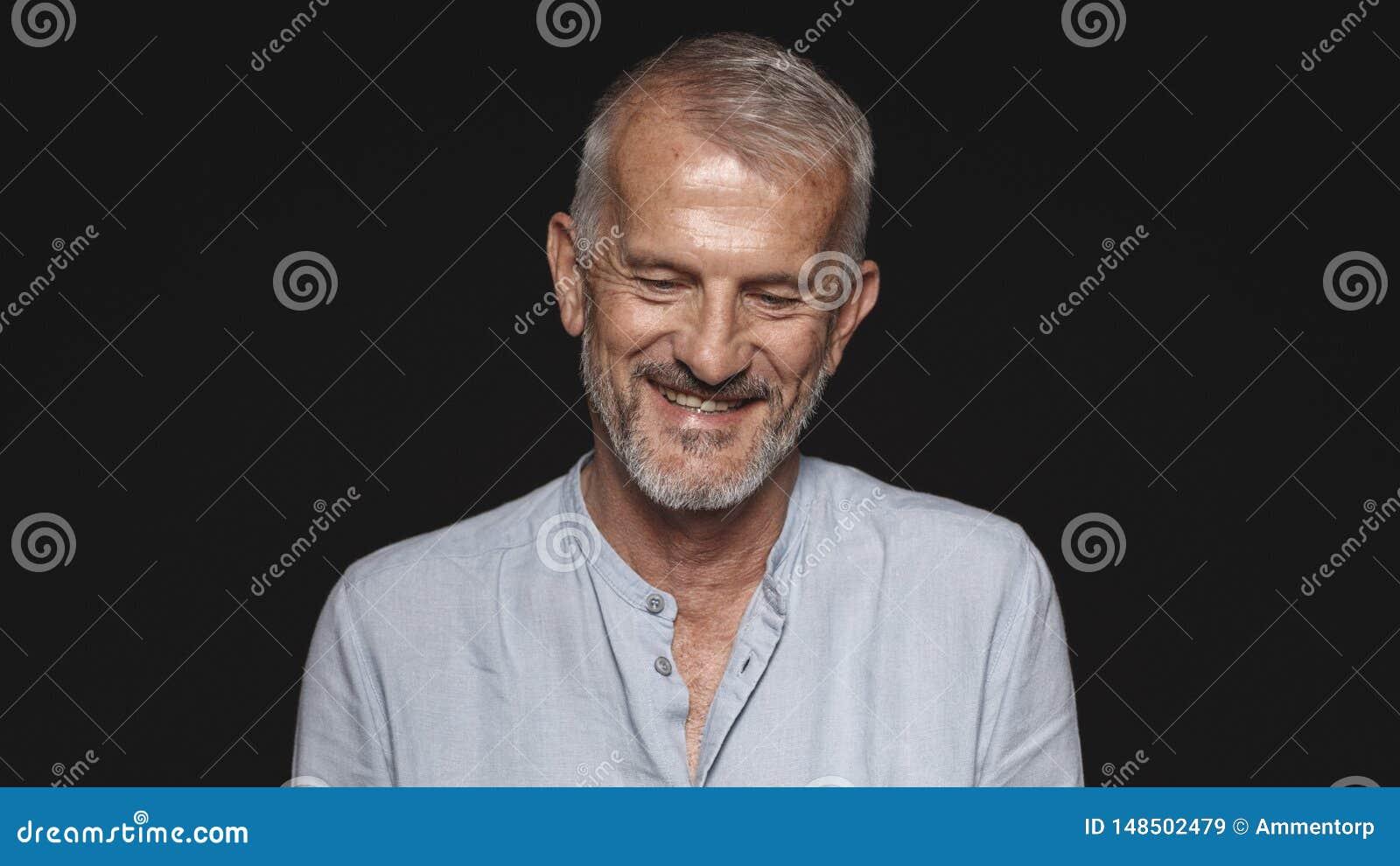 Портрет усмехаясь старшего человека