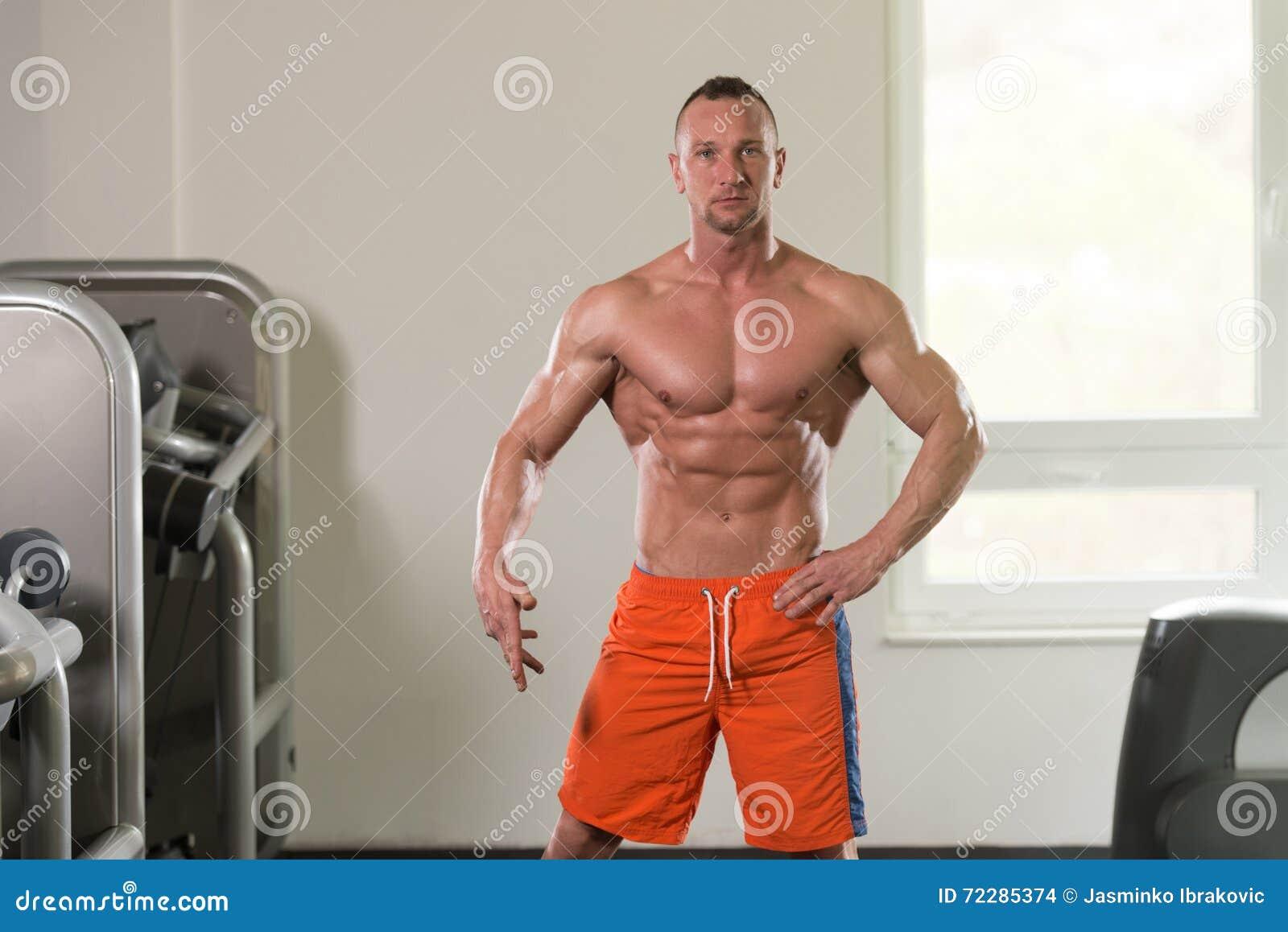 Download Портрет физически приспособленного мышечного молодого человека Стоковое Фото - изображение насчитывающей bicentenary, модель: 72285374