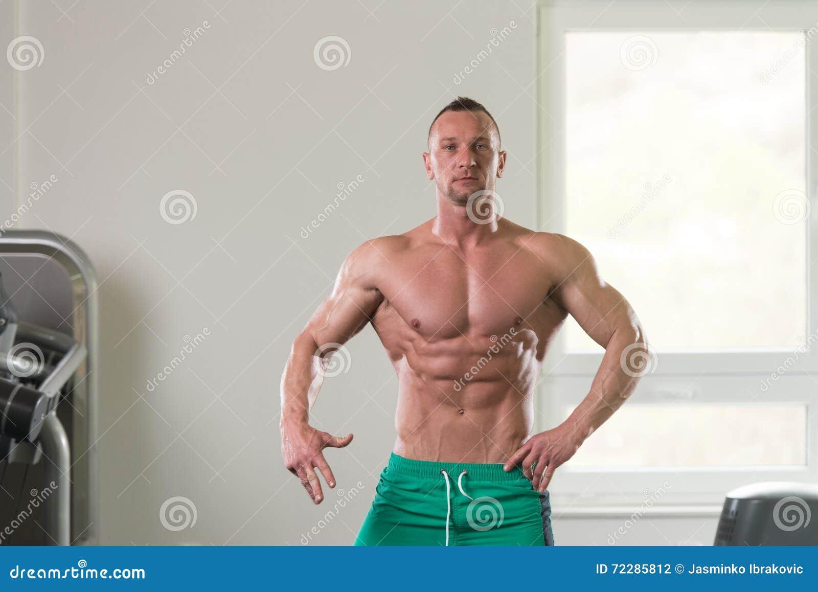 Download Портрет физически приспособленного мышечного молодого человека Стоковое Фото - изображение насчитывающей bodysuit, людск: 72285812