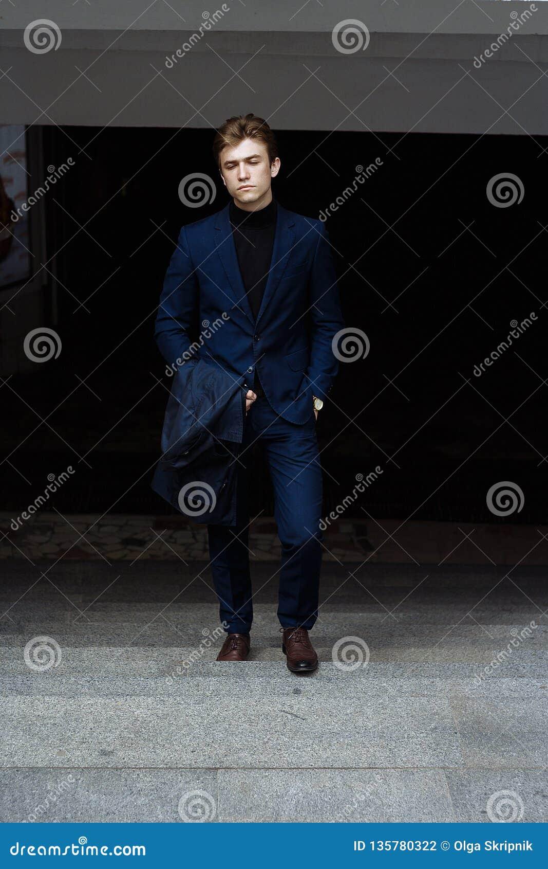 портрет человека, на улице, в костюме и с пальто поднимают вверх шаги из темноты, успеха Бизнесмен Смотреть