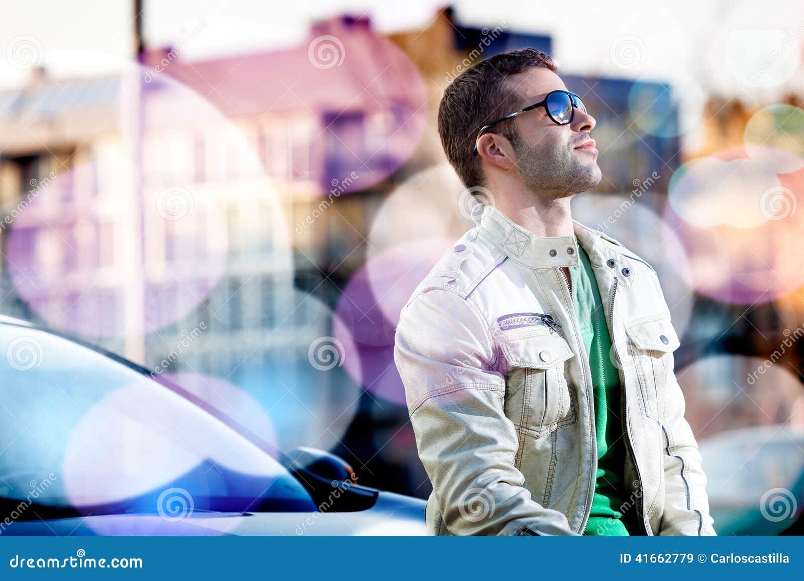 Портрет человека в городе
