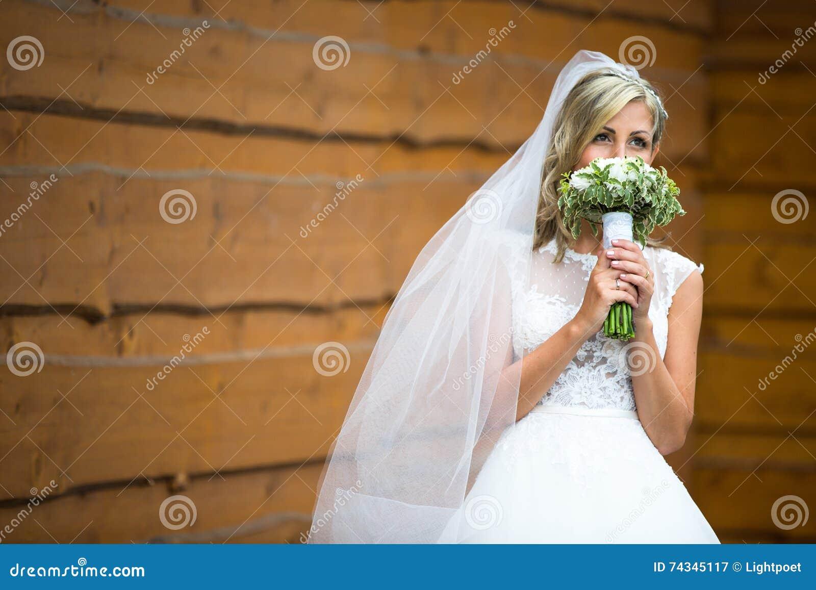 Портрет шикарной молодой невесты на ее день свадьбы