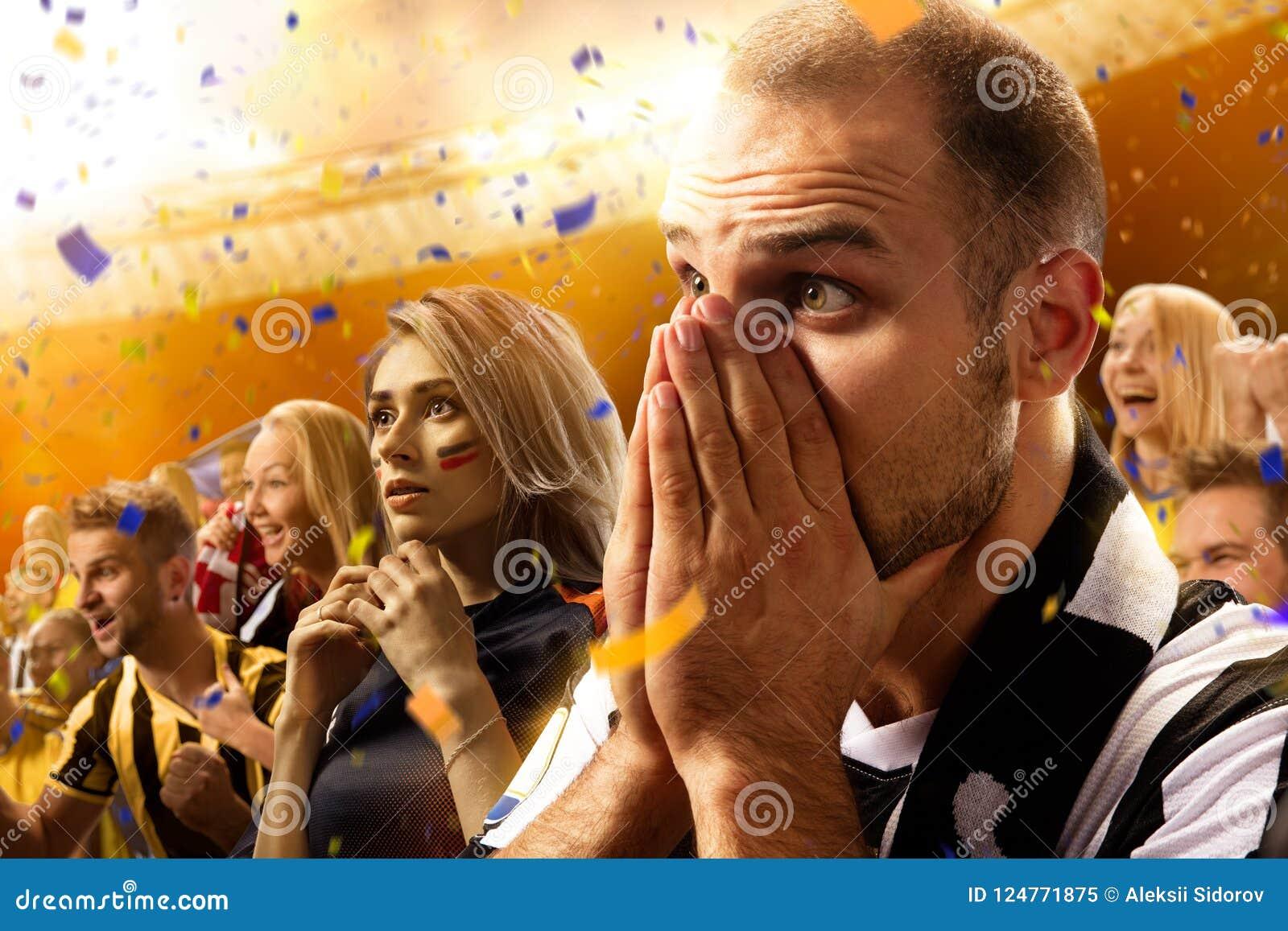 Портрет эмоций поклонников футбола стадиона