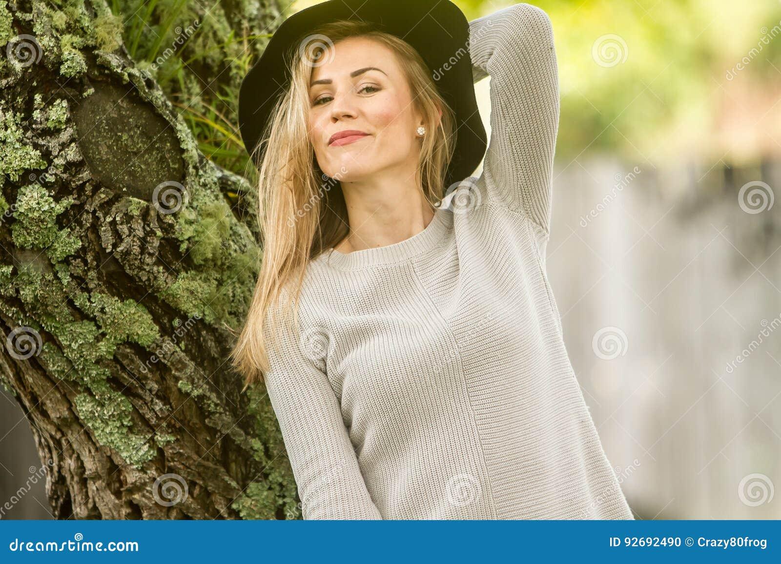 Портрет Lifestile внешний молодой красивой женщины на естественном b