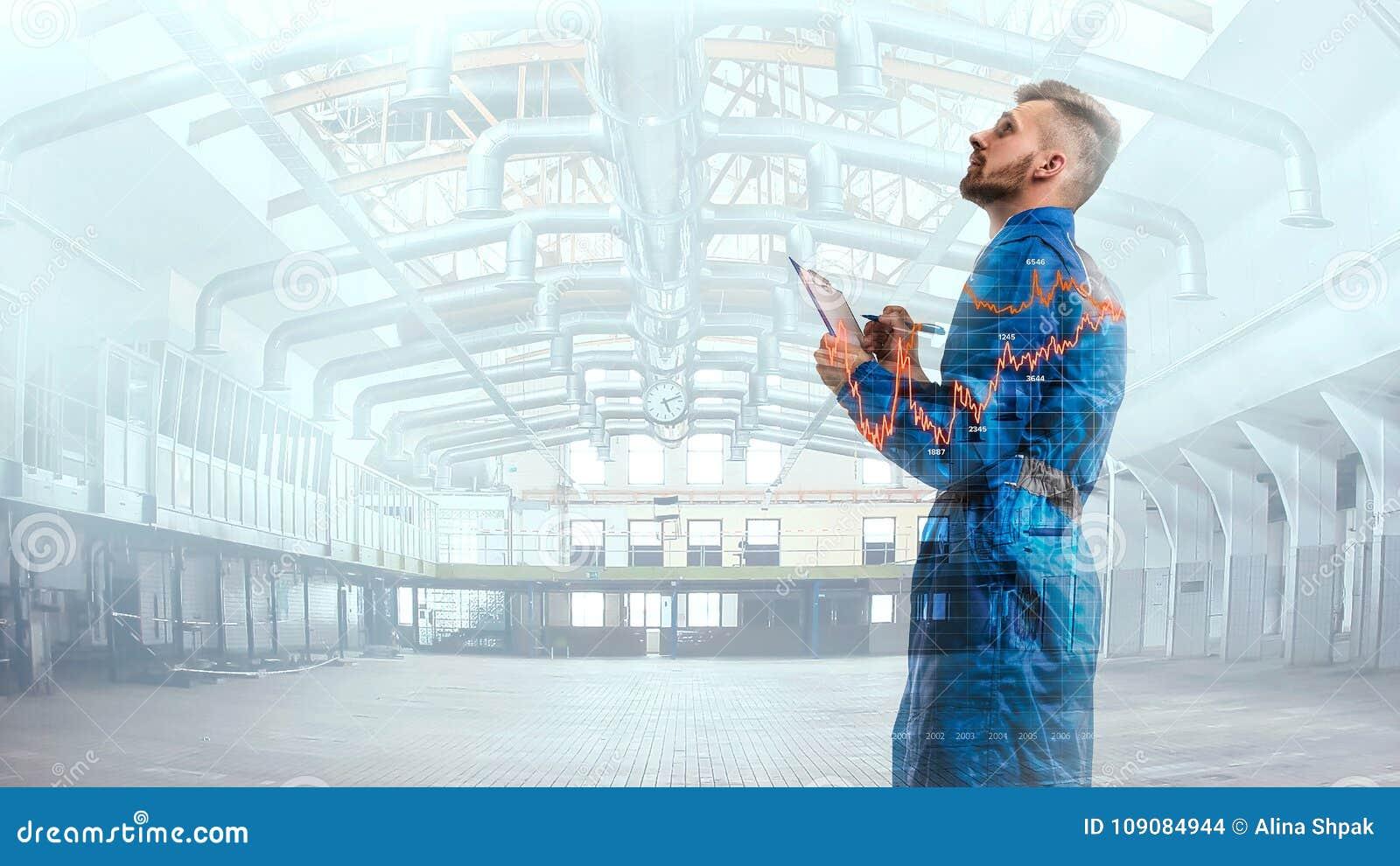 Портрет maneger в форме с план-графиком на предпосылке фабрики