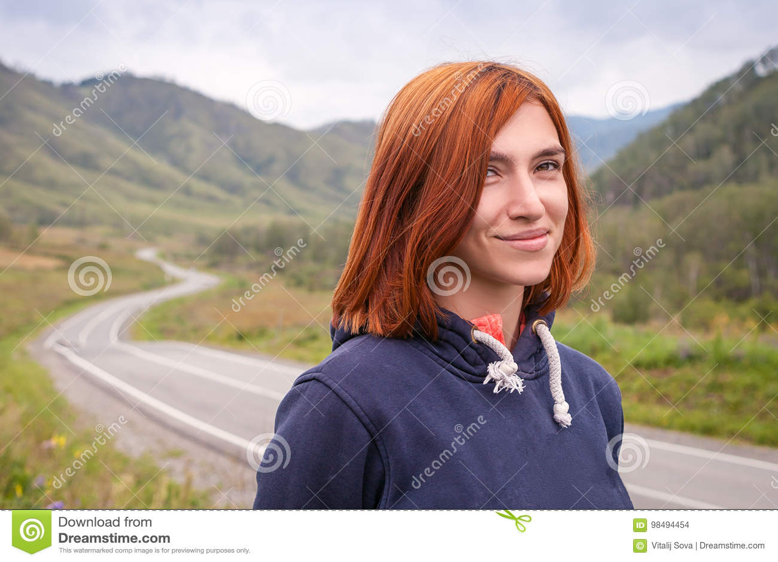 Портрет red-haired женщины