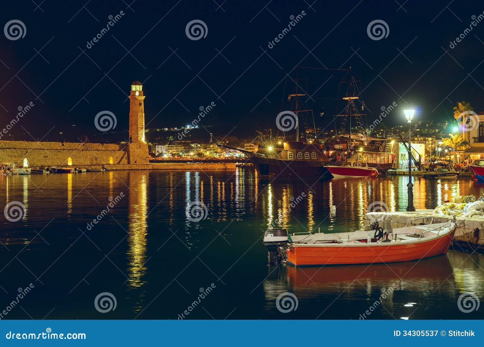 Порт Rethymno на ноче. Крит. Греция.